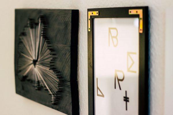 Gallery Wall | Bilderwand | Nagelbild auf Holzleisten & verzierter Rahmen